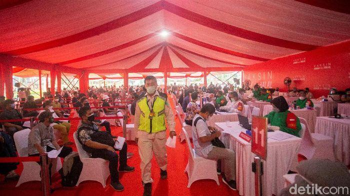 Warga berbondong-bondong mendatangi Lapangan Bhayangkara di Jakarta. Mereka datang untuk mengikuti vaksinasi COVID-19.