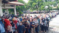 Kerumunan Antrean Vaksinasi Massal di RSPD Klaten Dibubarkan