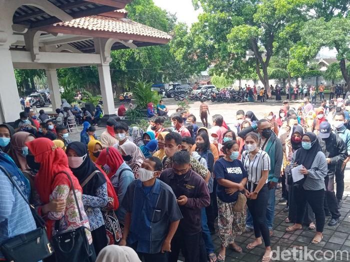Antrean vaksinasi massal di pendapa Radio Siaran  Pemerintah Daerah (RSPD) Klaten dibubarkan, Kamis (24/6/2021).