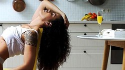 7 Penampilan Chef Cantik yang Sering Pemotretan Seksi di Dapur