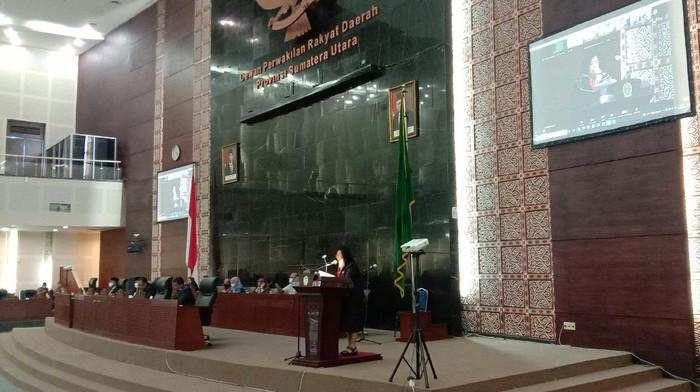 Jubir Fraksi PDIP DPRD Sumut, Artha Berliana Samosir, menyampaikan pandangan fraksi atas LPJP APBD 2020, dalam rapat paripurna, Kamis (24/6/2021).