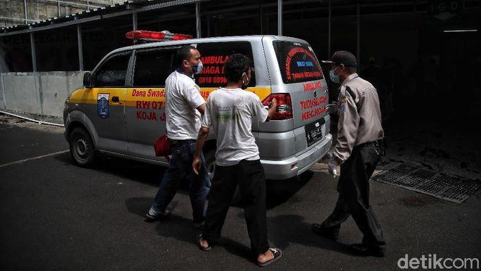 Beginilah suasana pelayanan pasien di kawasan Instalasi Gawat Darurat (IGD) RSUD Koja, Jakarta Utara, Kamis (24/6). Tampak kesibukan terjadi akibat lonjakan kasus Corona di Jakarta.