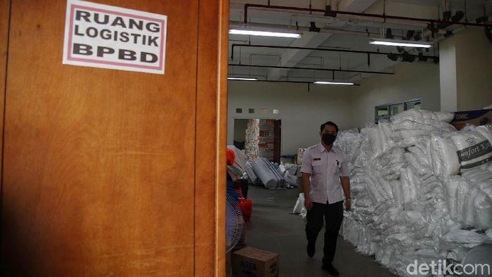 Pemprov DKI Jakarta mulai mengaktifkan Rusun Nagrak Cilincing, Jakarta Utara, sebagai lokasi isolasi pasien COVID-19 tak bergejala. Begini suasana terkini di rusun tersebut.