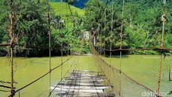 Anak Sekolah Bertaruh Nyawa Lewati Jembatan Gantung Mamasa, Solusi Dinanti