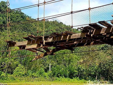 Jembatan gantung rusak di Sulbar tempat pelajar bergantung di seutas tali.