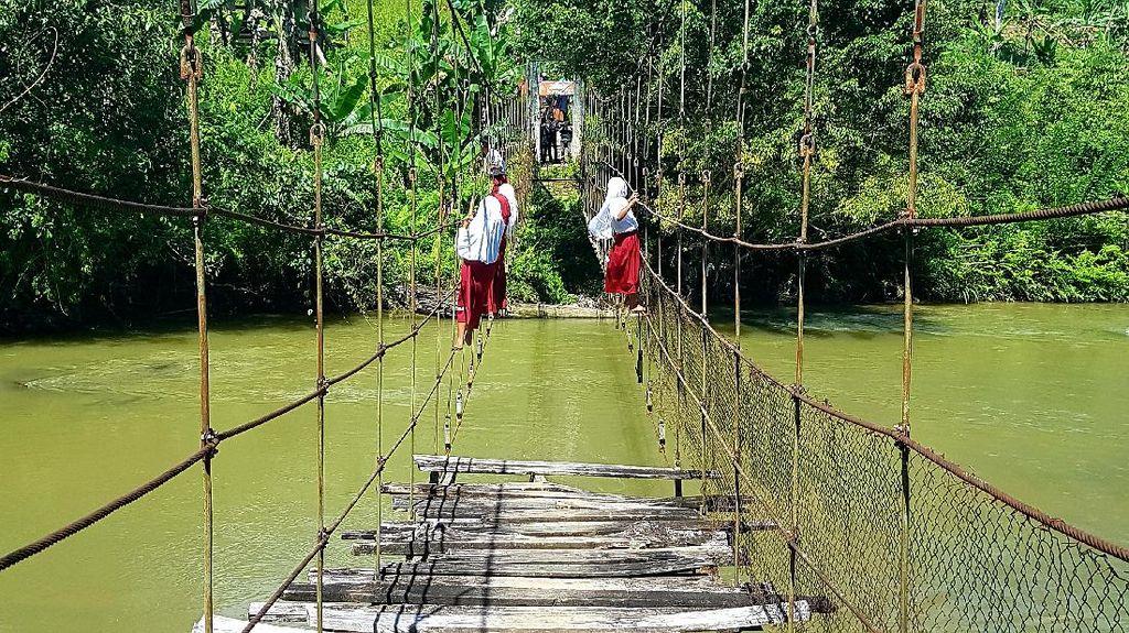 Disdik Sulbar Kirim Guru ke Desa Tempat Pelajar Bergantung di Tali Jembatan