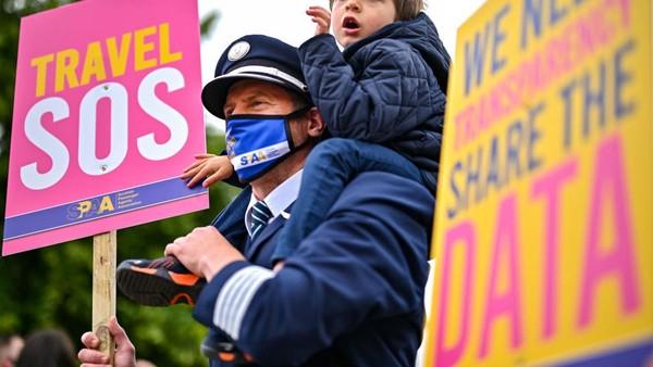 Pengunjuk rasa membawa poster Travel SOS untuk menunjukan kesulitan dunia pariwisata di negaranya.