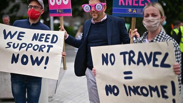 Pesan sedih terbaca dari poster No Travel=No Income.