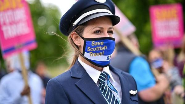 Para peserta bersuara di depan gedung parlemen Skotlandia. Protes serupa juga diadakan di London dan Belfast dengan isu yang sama.