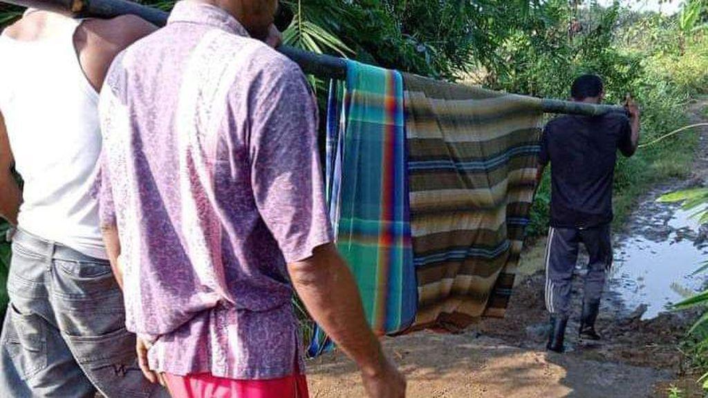 Pilu Kakek di Pandeglang Ditandu 2 Km untuk Berobat ke Puskesmas