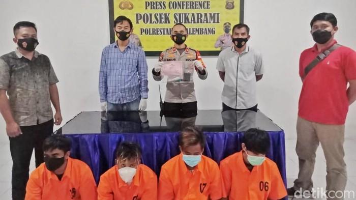 Keempat tersangka kasus narkoba, satu di antaranya adalah oknum PNS (Foto. Prima Syahbana/detikcom)