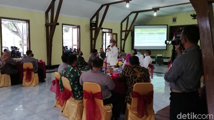 Kepala daerah se-Solo Raya rapat bahas PPKM di Makorem 074/Warastratama, Solo, Kamis (24/6/2021).