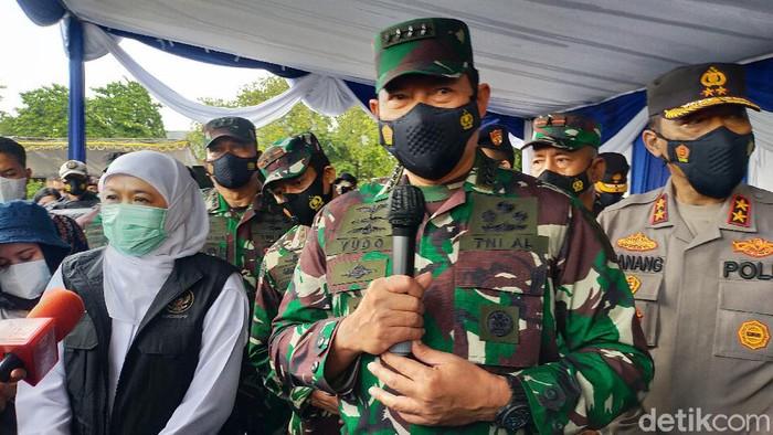Kepala Staf Angkatan Laut (KASAL) Laksamana TNI Yudo Margono meninjau vaksinasi COVID-19 di Pelabuhan Tanjung Perak, Surabaya.