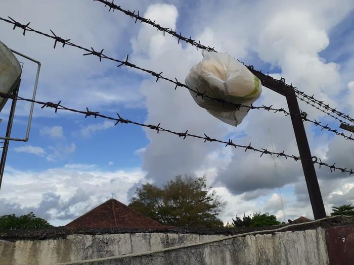 Petugas Lapas Klas I Surabaya di Porong menemukan bungkusan yang tersangkut di kawat berduri pagar. Bungkusan itu berisi tas, dan di dalam tas tersebut ditemukan 1,2 kg ganja.
