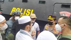 Sempat Ricuh, Massa Pendukung Habib Rizieq Dialog dengan Polisi