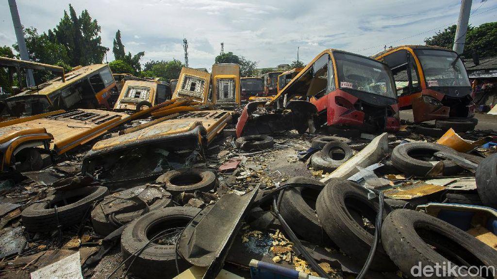 Bikin Merinding! Intip Kuburan Bus TransJakarta