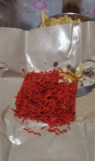 Netizen Kaget Lihat Pesanan Mie Goreng Berwarna Merah Mencolok