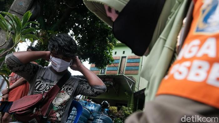 Petugas gabungan gelar razia masker di kawasan Ibu Kota. Razia masker dilakukan guna tingkatkan kesadaran masyarakat akan pentingnya terapkan protokol kesehatan
