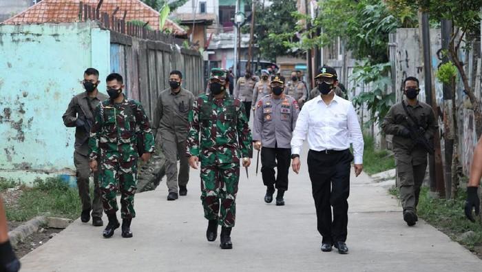 Panglima TNI Marsekal Hadi Tjahjanto kunjungi lokasi PPKM di Jakrarta.