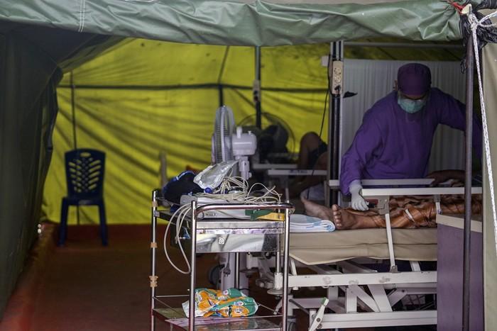 Petugas kesehatan merawat pasien COVID-19 di tenda darurat Rumah Sakit QIM, Kabupaten Batang, Jawa Tengah, Rabu (23/6/2021). Sebanyak tiga pasien COVID-19 dirawat di tenda darurat Rumah Sakit QIM Batang karena kapasitas ruang isolasi sebanyak 29 sudah penuh. ANTARA FOTO/Harviyan Perdana Putra/hp.
