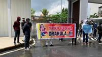 Murka Gubernur Riau Gara-gara Foto Diri Diedit Jadi Drakula