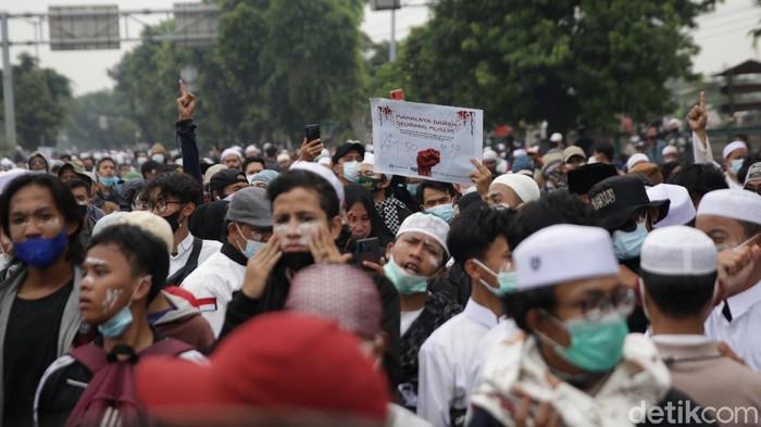 Massa pendukung Habib Rizieq Shihab (HRS) bertahan di flyover Stasiun Klender, Jaktim. Mereka bertahan di sana sembari meneriakkan takbir.