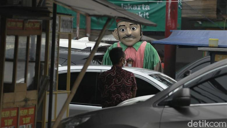 Pemprov DKI Jakarta larang ondel-ondel digunakan untuk mengemis. Meski begitu, masih ada saja orang yang gunakan ondel-ondel untuk ngamen di jalanan ibu kota.