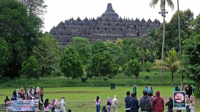Wisatawan berada di zona 2 kawasan Taman Wisata Candi (TWC) Borobudur, Magelang, Jawa Tengah, Kamis (24/6/2021). Menindaklanjuti surat edaran Sekretaris Jenderal Kementerian Pendidikan, Kebudayaan, Riset dan Teknologi Nomor 9 Tahun 2021 tentang kebijakan bekerja dari rumah dalam rangka pencegahan dan penanganan COVID-19, Balai Konservasi Borobudur (BKB) menutup sementara kawasan zona 1 Candi Borobudur mulai tanggal 23 Juni sampai 2 Juni mendatang.  ANTARA FOTO/Anis Efizudin/rwa.