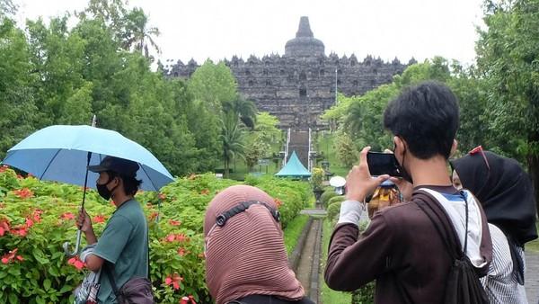 Pengunjung memotret Candi Borobudur dari zona 2 kawasan Taman Wisata Candi (TWC) Borobudur di Magelang, Jawa Tengah, Kamis (24/6/2021).