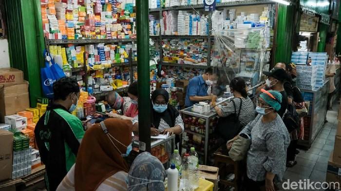 Melonjaknya kasus COVID-19 berimbas pada tingginya permintaan akan kebutuhan vitamin dan alat kesehatan. Penjualan di Pasar Pramuka Jakarta meningkat hingga 50 persen.