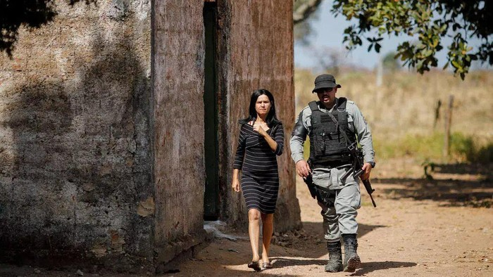 A police officer checks a house during an operation to capture Lazaro Barbosa, suspected of serial murders, in Cocalzinho de Goias, Brazil, on June 20, 2021 (Sergio Lima/AFP)