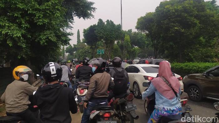 Polisi melakukan penyekatan di jalan arah menuju Kantor Wali Kota Jakarta Timur.