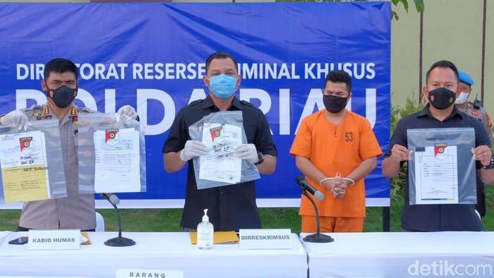 Polisi menunjukkan barang bukti hasil penggelapan uang nasabah yang dilakukan oleh eks manajer bank di Pekanbaru