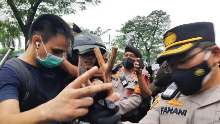 Polisi Temukan Pisau-Ketapel Saat Periksa Pria di PN Jaktim