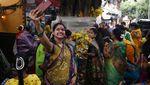 Potret Kerumunan Tanpa Masker di Festival Vat Savitri India