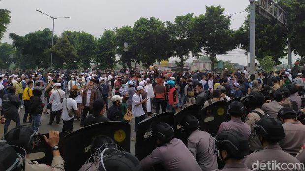 Potret massa simpatisan HRS hendak menuju PN Jaktim (Luqman Arun/detikcom)