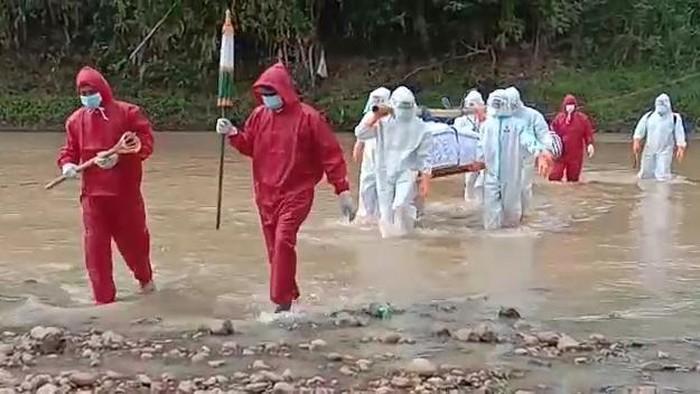 Video pemakaman diduga pasien COVID-19 di Kabupaten Wonogiri, Jawa Tengah, ramai diperbincangkan. Dalam video tersebut, tampak petugas berpakaian APD lengkap harus menyeberangi sungai, melewati pematang sawah hingga berjalan sejauh satu kilometer untuk memakamkan pasien positif COVID-19.