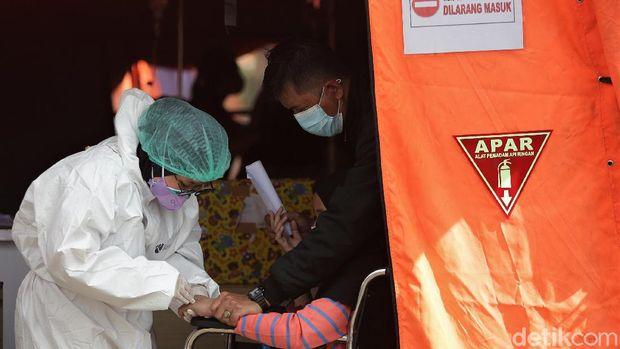 Jumlah pasien COVID-19 di RSUD Kota Bekasi melonjak seiring meningkatnya kasus Corona di Indonesia. Tenda darurat pun didirikan sebagai ruang IGD pasien Corona.