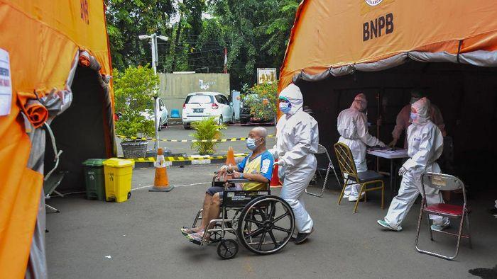 Sejumlah pasien beristirahat di ruang IGD (Instalasi Gawat Darurat) tambahan di RSUD Bekasi, Jawa Barat, Rabu (23/6/2021). Pemerintah setempat mendirikan tenda untuk ruang IGD yang dapat menampung 30 pasien karena keterisian tempat tidur pasien penuh akibat lonjakan kasus COVID-19. ANTARA FOTO/ Fakhri Hermansyah/hp.