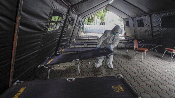 Petugas medis menyiapkan tenda darurat di Rumah Sakit Umum Daerah (RSUD) Cibinong, Kabupaten Bogor, Jawa Barat, Rabu (23/6/2021). RSUD Cibinong mendirikan tenda darurat untuk mengantisipasi lonjakan pasien yang dirujuk ke IGD. ANTARA FOTO/Yulius Satria Wijaya/hp.