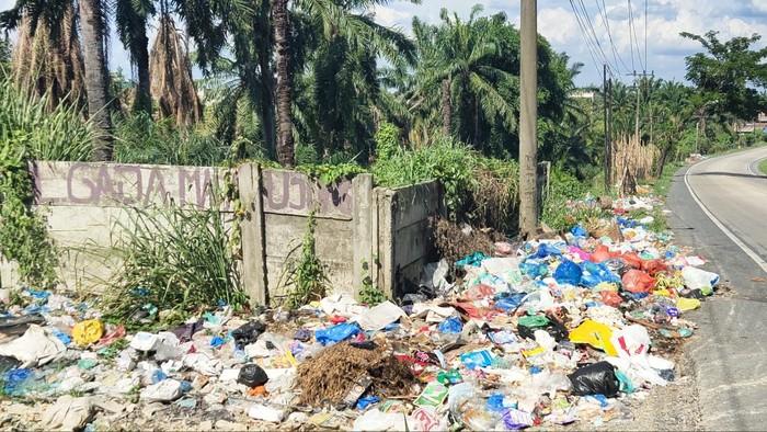 Tumpukan sampah berserakan di Labuhanbatu