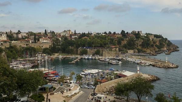 Hotel-hotel di wilayah Antalya, Turki bersiap kembali beroperasi. Hampir 20 bulan hotel ditutup akibat pandemi. (AP)