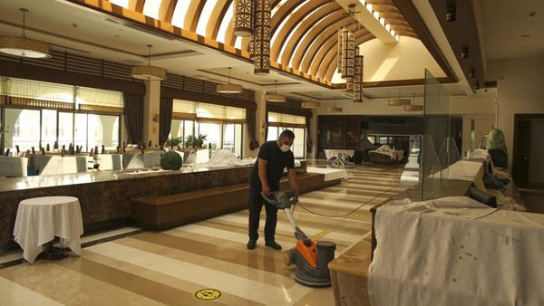 Kamar-kamar dibersihkan, kolam diisi, kursi berjemur dijauhkan. Staf bersiap kembali sambut turis saam Moskow mengumumkan akan cabut pembatasan penerbangan ke Turki. (AP)