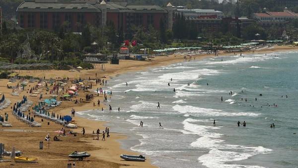 Pantai di Antalya pun sudah didatangi banyak turis (AP)