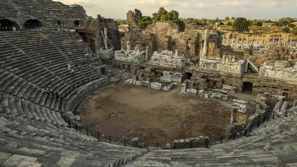 Pemandangan di sebagian teater romawi kuno di Antalya, Turki Selatan pada Minggu 20 Juni 2021. (AP)