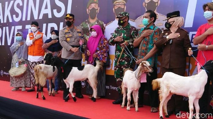 Pemkab Trenggalek dan kepolisian setempat menggelar vaksinasi COVID-19 massal, dengan hadiah puluhan kambing dan ayam. Ini dilakukan untuk percepatan vaksinasi COVID-19.