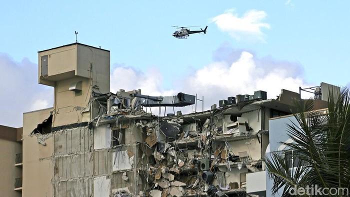 Apartemen tepi Laut yang bertingkat tinggi dekat Pantai Miami, Florida, Amerika Serikat, roboh. Satu orang dinyatakan meninggal, dan 99 orang lainnya hilang.