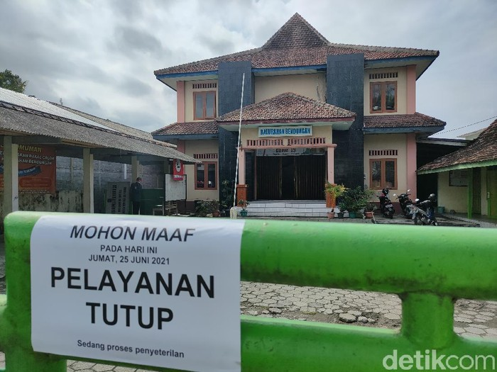 Balai Kalurahan Bendungan, Wates, Kulon Progo, ditutup sementara setelah lurah dan pamongnya terkena Corona, Jumat (25/6/2021).