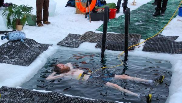 Berenang di air esudah jadi tradisi pertengahan musim dingin di Stasiun Penelitian Australia. Mereka membuat kolam berukuran 1,5 meter persegi dengan memotong lapisan es setebal 80 cm menggunakan gergaji. Suhu airnya sendiri -2 derajat celcius, sementara suhu udara -9 derajat celcius. (dok. Istimewa)
