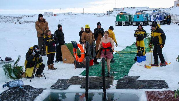 Orang Australia berenang di Antartika